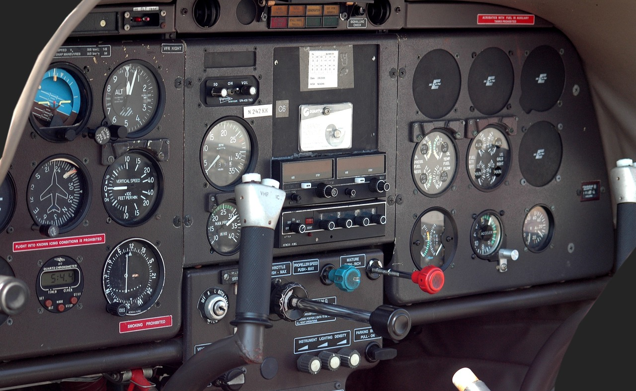 airplane-cockpit-1674074_1280